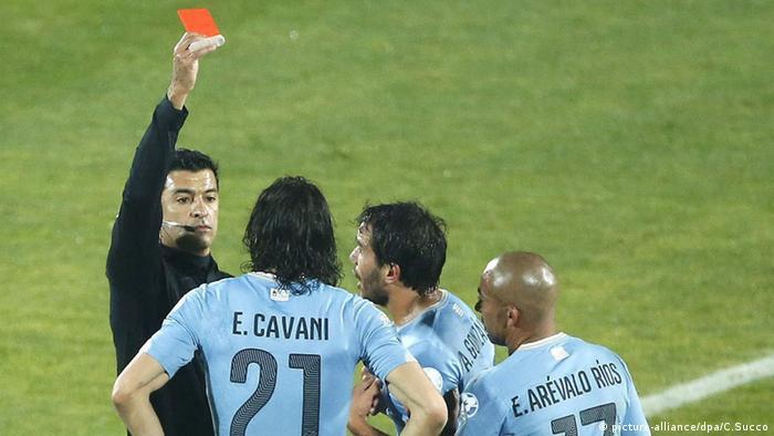 Bei einem Fußballspiel zeigt der Schiedsrichter die rote Karte