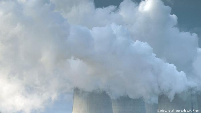 Symbolbild Kohlendioxid Kühltürme Rauch