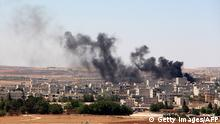 June 25, 2015. Bildunterschrift:Smoke billow from the Syrian town of Kobane, as seen from the Turkish side of the border in Suruc in Sanliurfa province on June 25, 2015. Turkey denied 'baseless' claims that Islamic State (IS) militants reentered the Syrian town of Kobane through the Turkish border crossing to detonate a suicide bomb. AFP PHOTO / STRINGER (Photo credit should read STRINGER/AFP/Getty Images)