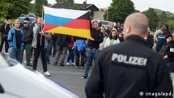 Freital police and demonstrators (Photo: epd-bild/Dietrich Flechtner)