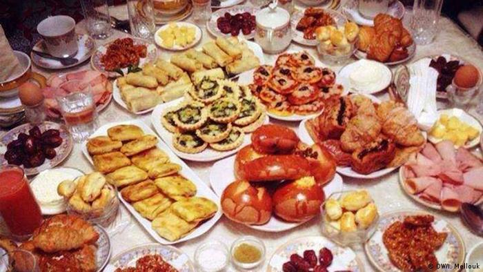 مائدة رمضانية عليها صنوف من الطعام الغنية بالنشويات والسكريات