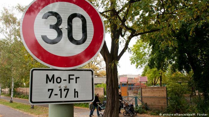 Placa de limite de velocidade com horário definido