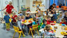 Schwerin Kindergarten Kindertagesstätte 1957 Kinder und Betreuerin