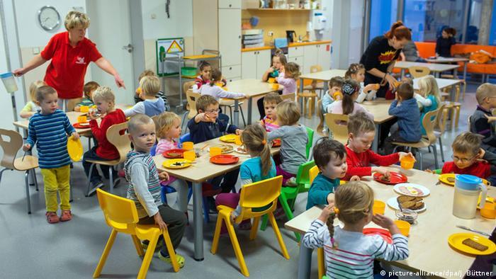 Schwerin Kindergarten Kindertagesstätte 1957 Kinder und Betreuerin (picture-alliance/dpa/J. Büttner)