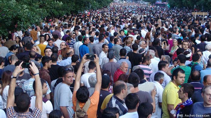 Демонстранты в Ереване, 25 июня