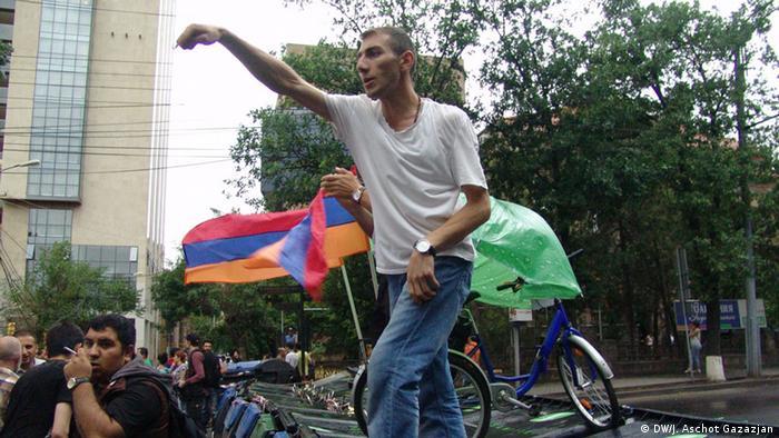 Участник акции протеста в Ереване, 25 июня