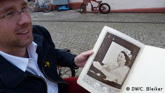 Klaus del Ponte with a picture of the Queen's coronation. (Photo: Carla Bleiker/ DW)