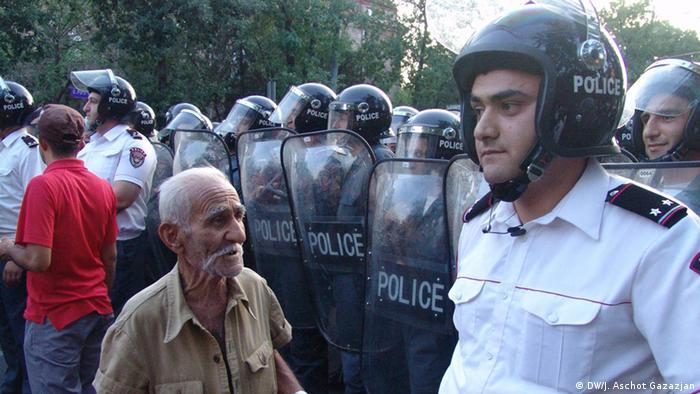 Участник акции протеста и полицейский в Ереване, 23 июня