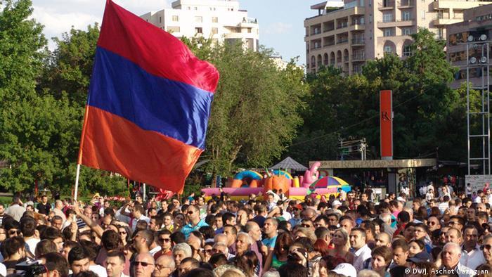 Флаг Армении над толпой участников акции протеста, 23 июня