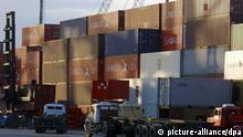 Blick auf den Containerhafen im brasilianischen Santos am 05.05.2005. Der Hafen Santos gehört zu den größten Warenumschlagplätzen in Südamerika und hat bereits seine Kapazitätsgrenze erreicht. Foto: Ralf Hirschberger +++(c) dpa - Report+++