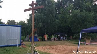 Деревянный крест на предполагаемом месте строительства храма в парке Торфянка