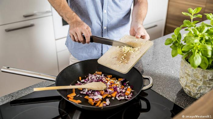 Symbolbild Männer kochen (imago/Westend61)