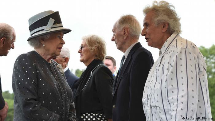 Königin Elizabeth spricht mit Holocaust-Überlebenden in Bergen-Belsen 2015