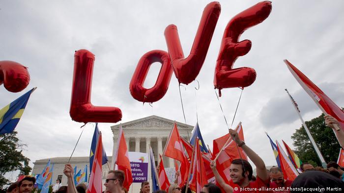 Ativistas celebram com balões a decisão da Suprema Corte, que legalizou a união de pessoas do mesmo sexo