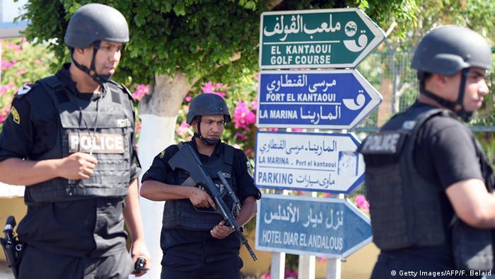 قوات الأمن في سوسه بعد وقوع هجوم إرهابي على شاطئ هناك (27 يونيو/ حزيران 2015)