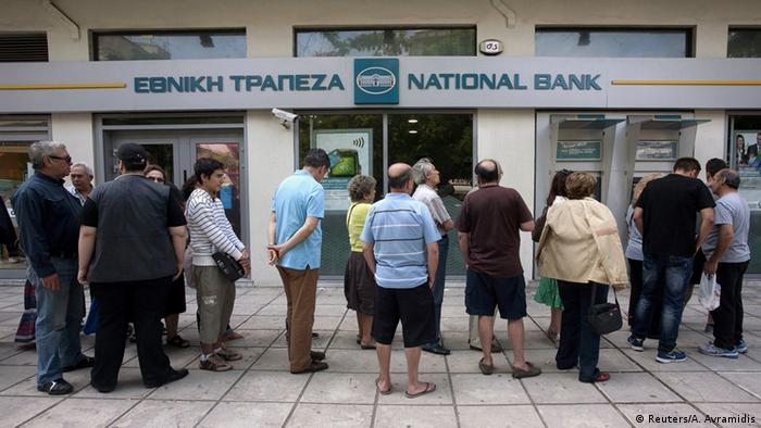 Очередь у банкомата в Греции