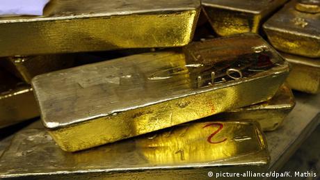 DW: Τα χαμηλά επιτόκια στρέφουν τους επενδυτές στον χρυσό
