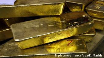 Ούτε οι πωλήσεις χρυσού συγκράτησαν τη λίρα
