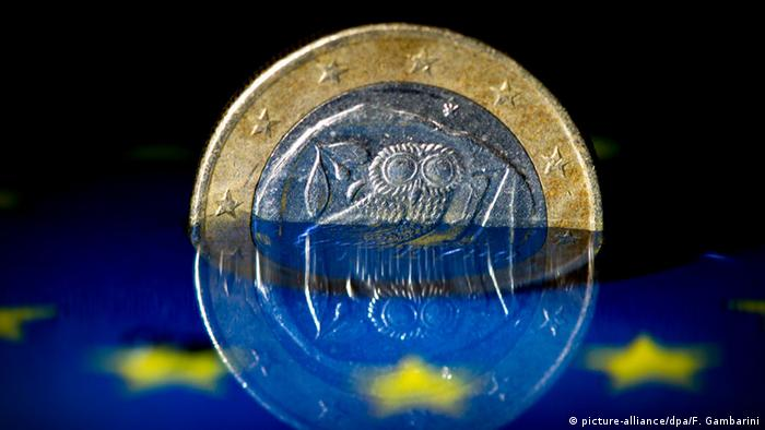 Symbolbild Grexit Eurokrise Griechenland Euro (picture-alliance/dpa/F. Gambarini)
