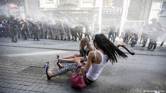 Polizei geht gewaltsam gegen Gay Pride Parade in Istanbul vor