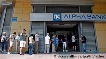 Griechenland Athen Menschen warten vor Geldautomaten
