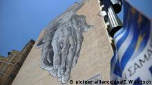 ARCHIV 2012 **** ARCHIV - Ein Graffiti mit zwei zusammengelegten Händen ist in Athen auf einer Hauswand gemalt, aufgenommen am 15.06.2012. Foto: Emily Wabitsch dpa (zu Weitere Entwicklung in der griechischen Schuldenkrise vom 08.04.2015) +++(c) dpa - Bildfunk+++