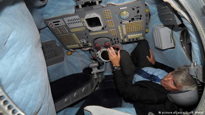 Russland Deutschland Astronaut Ulf Merbold in der Sojus TM 19 Landekapsel