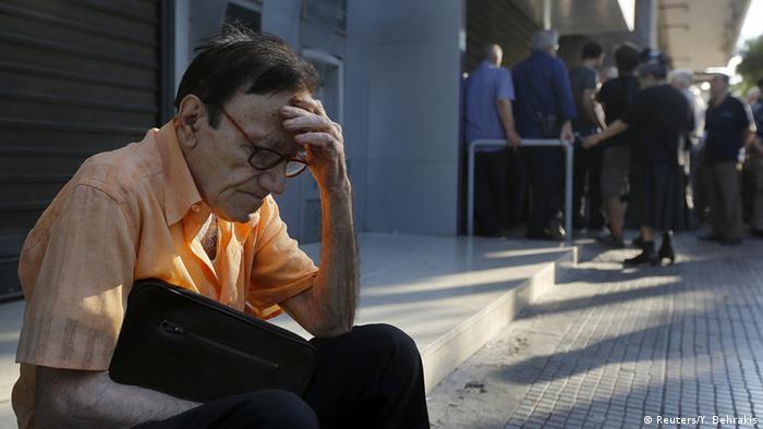 Очередь перед банкоматом в Греции