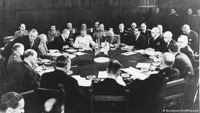 Впродовж 17 днів делегації вели переговори за круглим столом у залі прийомів палацу Цецилієнгоф