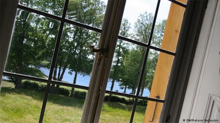 Вид на парк через одно из окон дворца Зеехоф