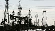 Baku, AZERBAIJAN: A view of the oil derricks at an oilfield on the shore of the Caspian Sea just outside the capital Baku, 06 October 2005. AFP PHOTO / MLADEN ANTONOV (Photo credit should read MLADEN ANTONOV/AFP/Getty Images)