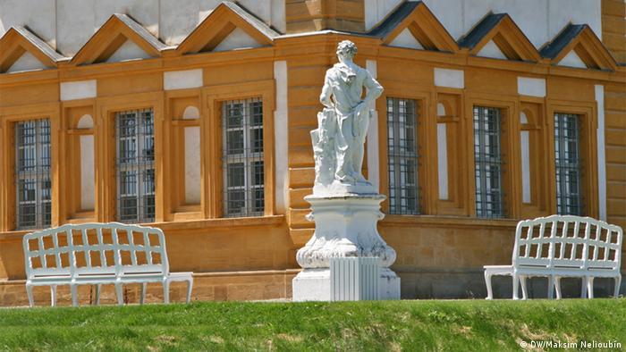 Одна из скульптур и скамейки во дворцовом парке Зеехофа