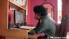 Nur für Life Links - Ananya Azad an seinem Schreibtisch