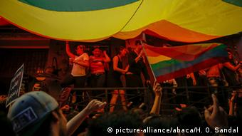 Istanbul police dispersed LGBTI Pride Parade participants with tear gas and water cannon (picture-alliance/abaca/H. O. Sandal)