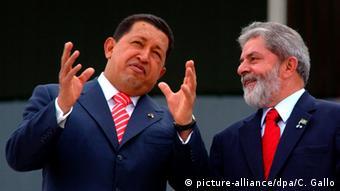 En esta imagen de 2006, el entonces presidente de Brasil, Luiz Inácio Lula da Silva (der.), y su homólogo venezolano, Hugo Chávez.