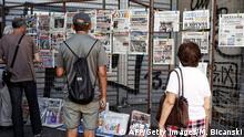 Zeitungen mit Schlagzeilen zum möglichen Grexit in Athen