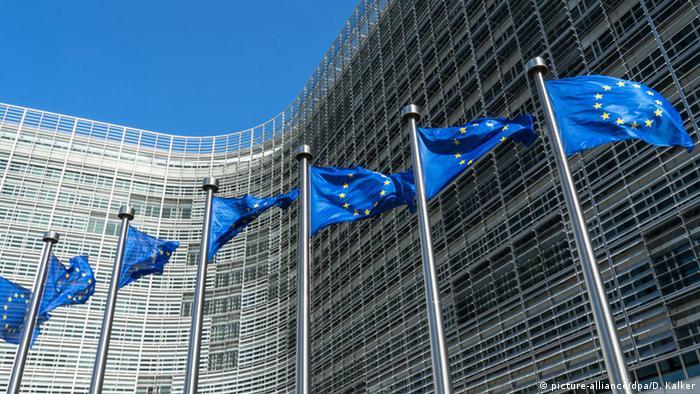 Flaggen der Europäischen Union vor dem Kommissionsgebäude in Brüssel