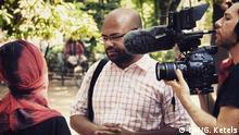 Titel: Nur für Life Links - Voxpops Schlagworte: Life Links, #NoEsc, Blogger in Bangladesch Wer hat das Bild gemacht?: Gönna Ketels Wann wurde das Bild gemacht?: Juni 2014 Wo wurde das Bild aufgenommen?: Dhaka, Bangladesch Bildbeschreibung: DW Mitarbeiter Arafatul Islam (Mitte) befragt Menschen in Dhaka, Bangladesch, zum Thema Atheismus In welchem Zusammenhang soll das Bild/sollen die Bilder verwendet werden?: Artikel Bildrechte: Der Fotograf / die Fotografin ist (freie) Mitarbeiter(in) der DW, so dass alle Rechte bereits geklärt sind.