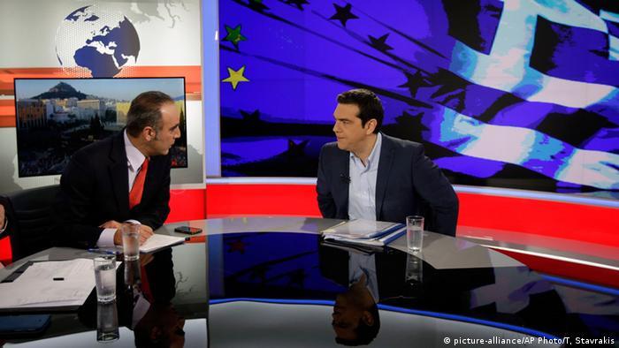 Алексис Ципрас (справа) в ходе телеинтервью