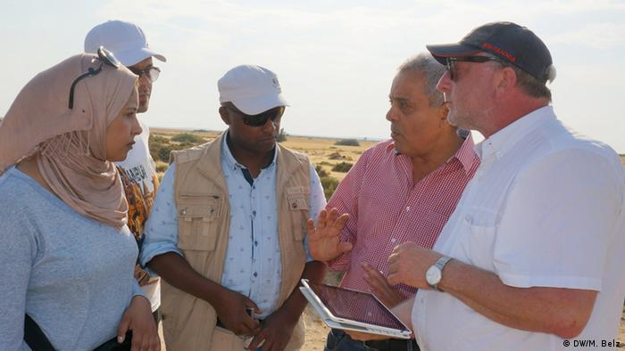 DW Akademie training in Tunesia's desert with Libyan journalists (Foto: DW Akademie/Martin Belz).