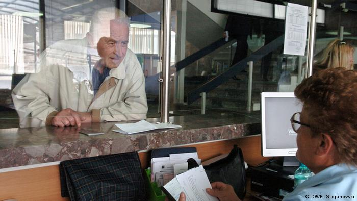 Mazedonien Kunden am Schalter der Stopanska Banka in Skopje
