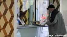 Mazedonien Schaltergeschäft in einer Bank in Skopje