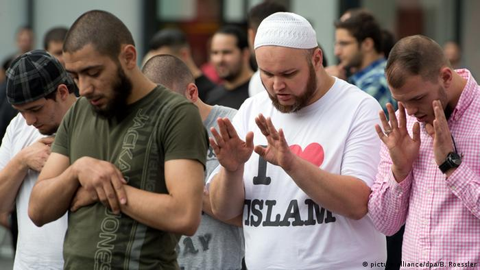 Salafists praying in Frankfurt in 2013 (picture-alliance/dpa/B. Roessler)