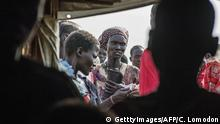 Bildunterschrift:IDP's (Internally displaced persons) queue to register at the UNMISS Protection of Civilian (POC) site in Bentiu, Unity State, on February 27, 2015. The camp receives up to 200 new IDP each day, due to lack of services in the town. The World Health Organization today appealed for 1.0 billion USD in additional funds to help provide life-saving health services to millions in need in conflict-ravaged Syria, Iraq, Central African Republic and South Sudan. For South Sudan, which has been wracked by fighting since an alleged attempted coup in December 2013, 90 million USD is needed to provide vital health services to some 3.35 million people, WHO said. AFP PHOTO / CHARLES LOMODONG (Photo credit should read CHARLES LOMODONG/AFP/Getty Images)