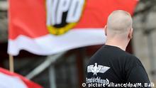 ARCHIV - Ein Unterstützer der NPD steht am 17.06.2012 mit einem Shirt mit der Aufschrift «Deutschland» bei einer NPD-Kundgebung am Strausberger Platz in Berlin. Foto: Matthias Balk/dpa (zu dpa «Verfassungsschutz-Ausschuss spricht über Gewalt von Neonazis» vom 11.02.2015) +++(c) dpa - Bildfunk+++
