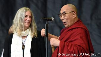 Der Dalai Lama und Patti Smith beim Glastonbury 2015
