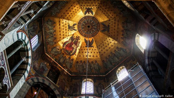 کلیسای شهر آخن نخستین میراث فرهنگ جهانی در آلمان است. این کلیسا در سال ۱۹۷۸ میلادی به فهرست میراث جهانی افزوده شد. کلیسای جامع آخن ۶۰۰ سال محل تاجگذاری پادشاهان آلمان بوده است، از جمله کارل کبیر.