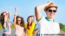 Auf dem Bild: Junge Menschen mit Sonnenbrillen. Rechte: Khakimullin Aleksandr/Colourbox