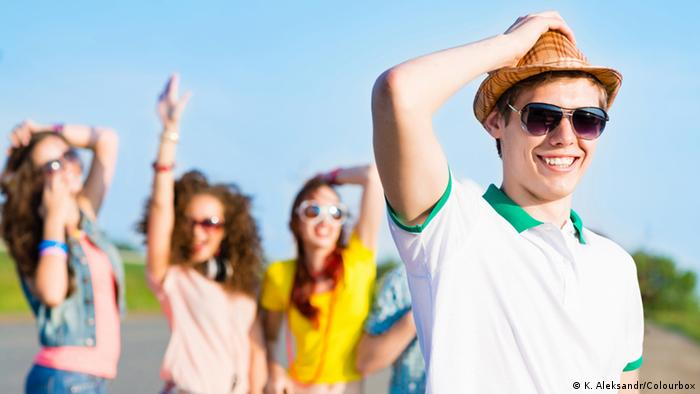 baadf7bc3 فما الذي عليك مراعاته عند شرائك للنظارة الشمسية؟ Junge Menschen mit  Sonnenbrillen