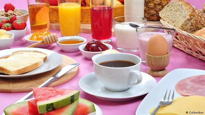 There are several stages that can help in the diet.  Eat three regular meals per day, with a coffee in the morning.  It is best to eat slowly.  Use smaller plates to create the feeling that the food served is sufficient.